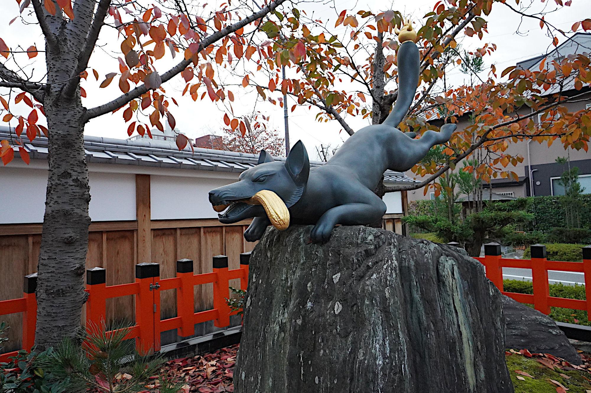 【伏見稲荷大社】大鳥居前のお狐様
