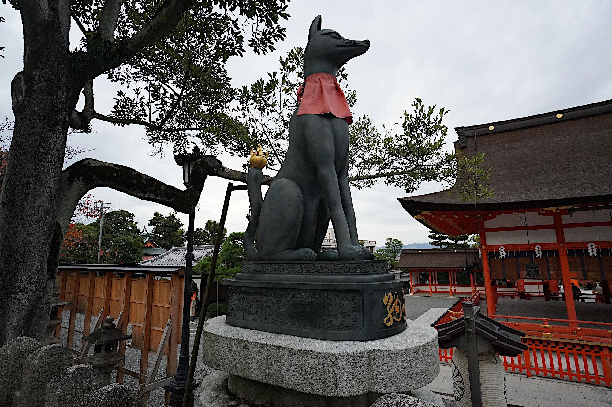 【伏見稲荷大社】内拝殿前のお狐様