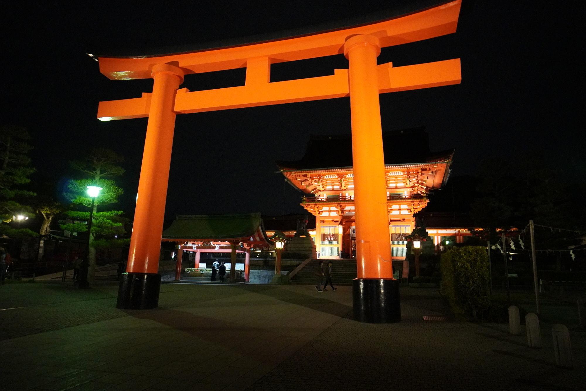 【夜の伏見稲荷大社】2つ目の大鳥居と楼門