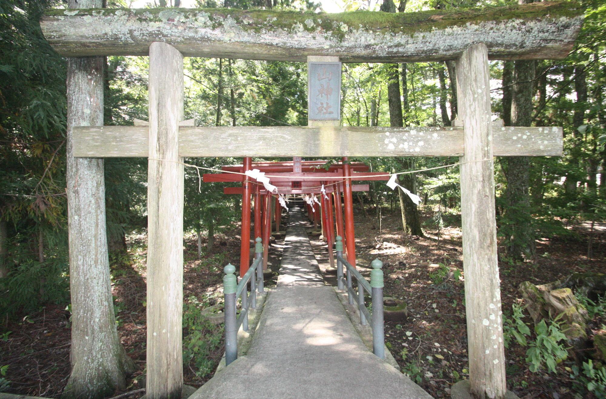 新屋山神社 2つ目の鳥居
