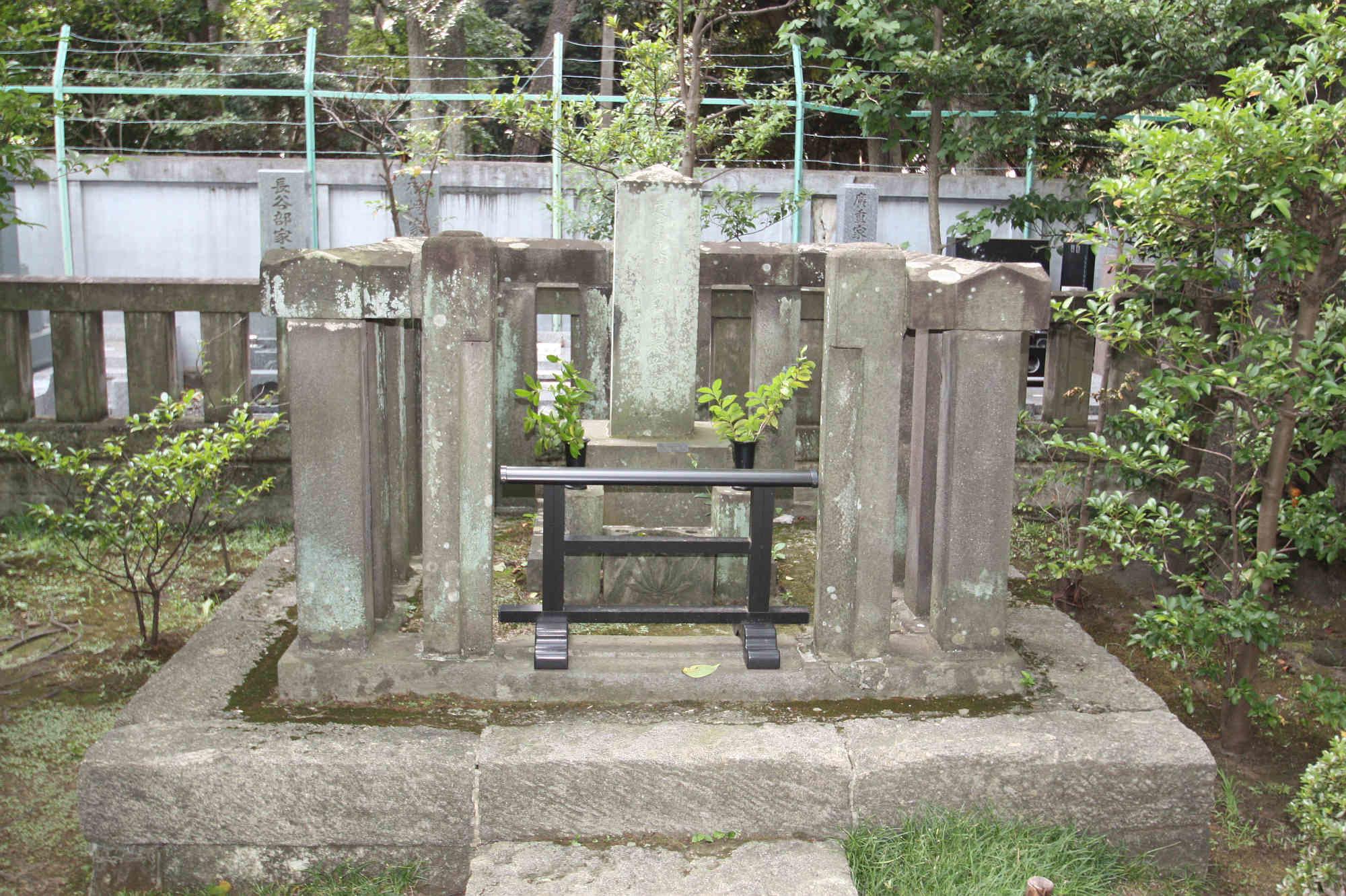 来原良蔵妻和田春子墓碑