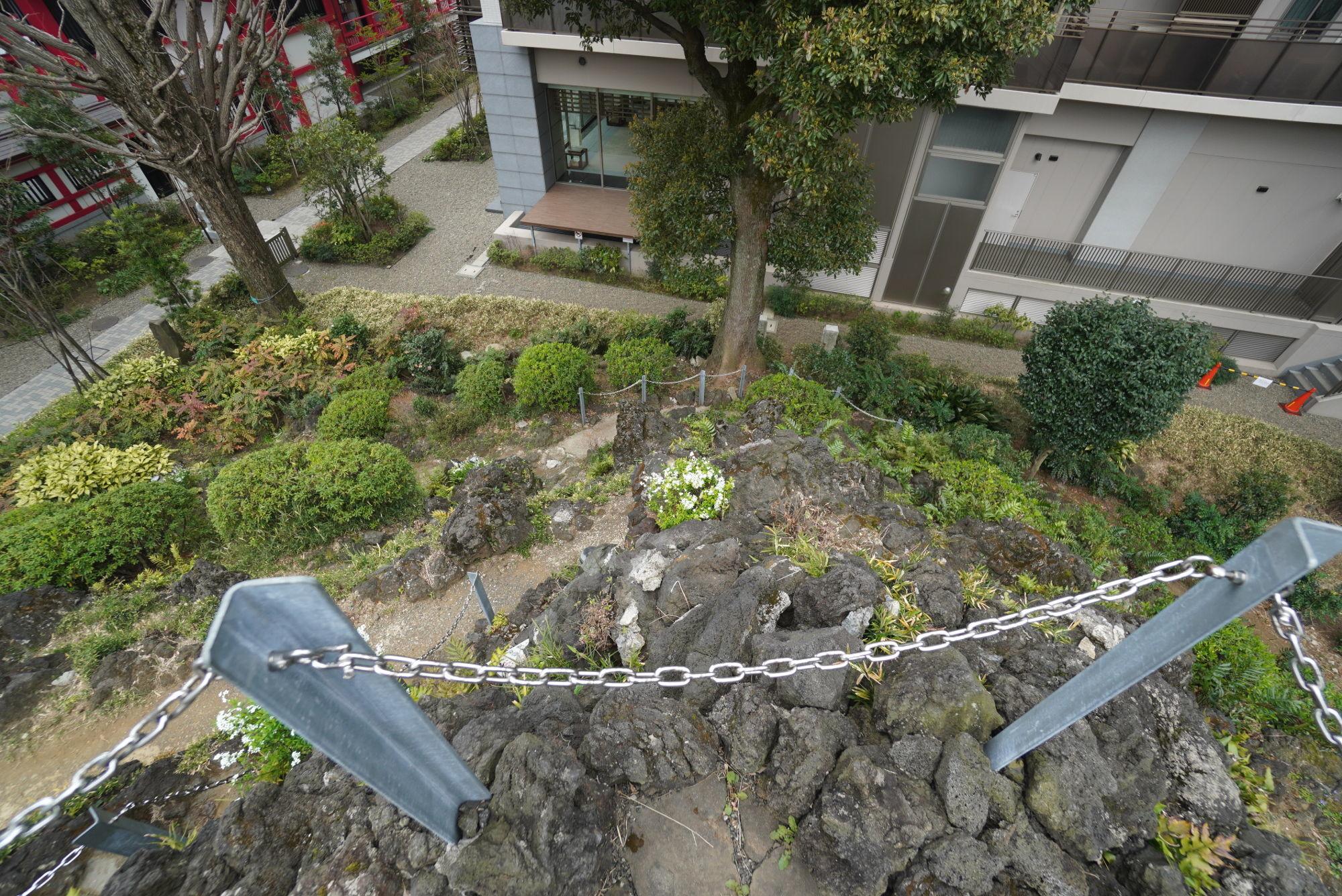 富士塚の急な登山道