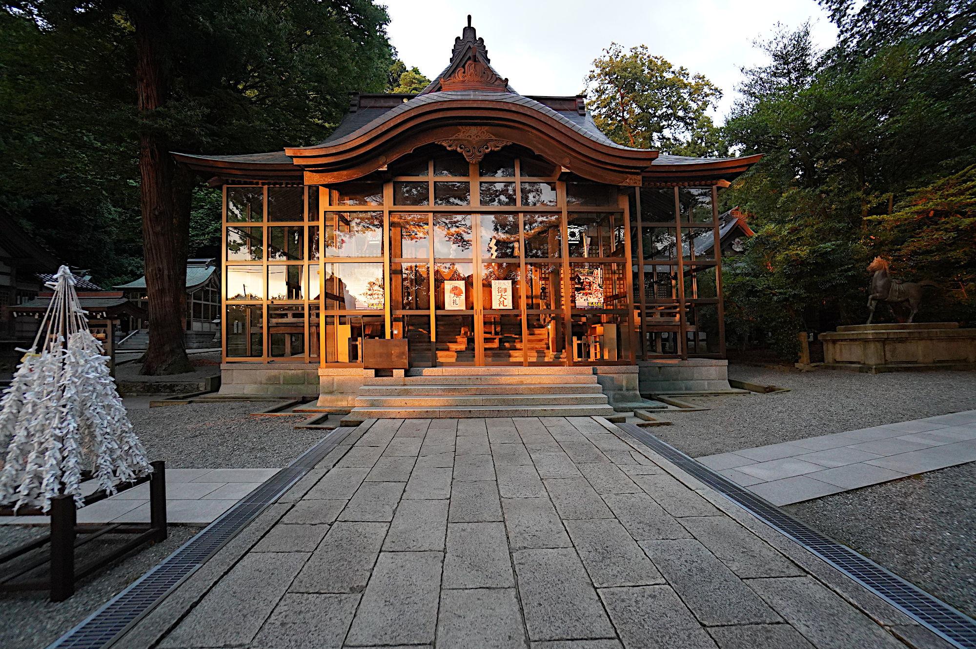 夕日の当たる拝殿