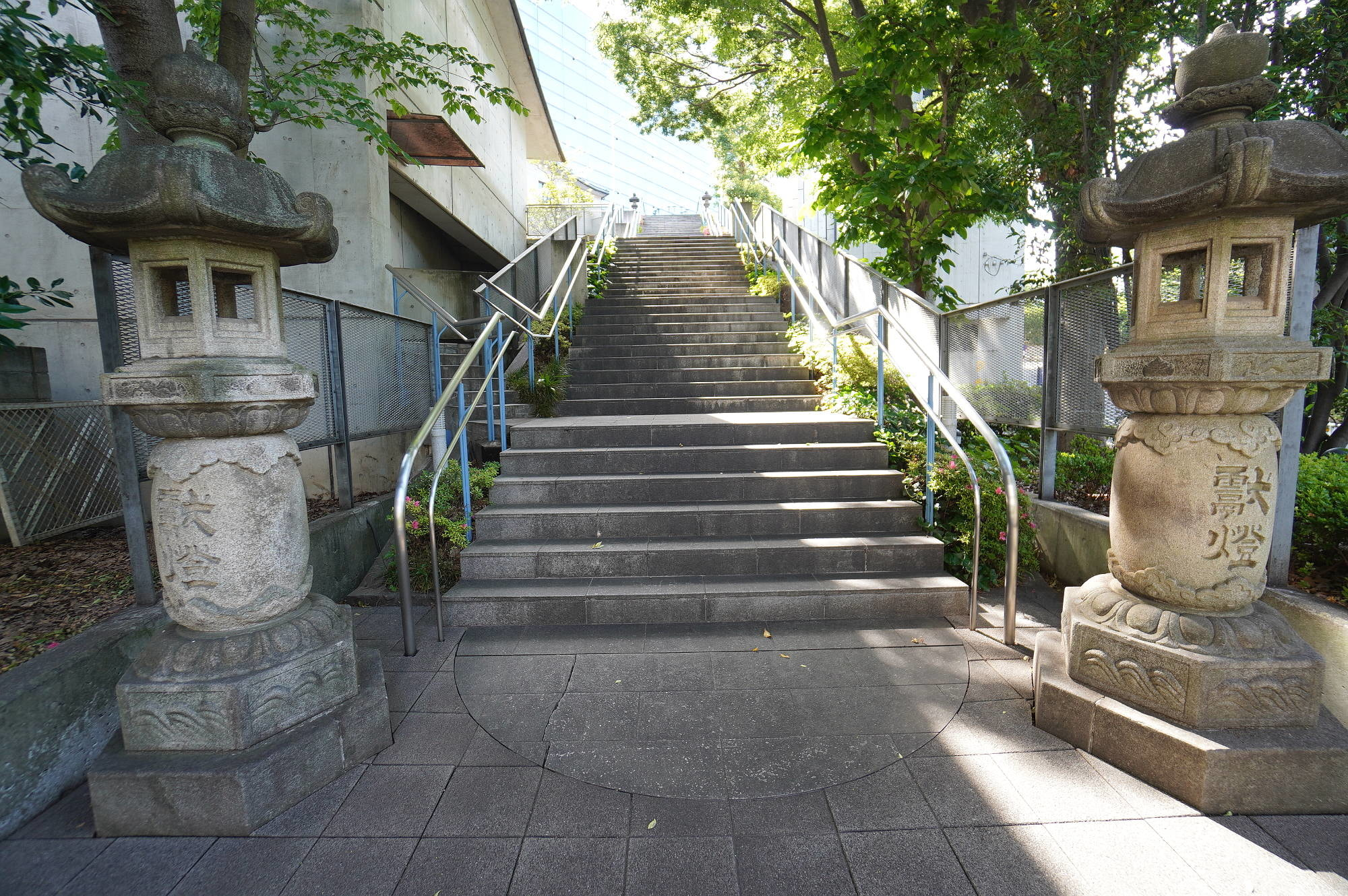 鳥居の奥の階段
