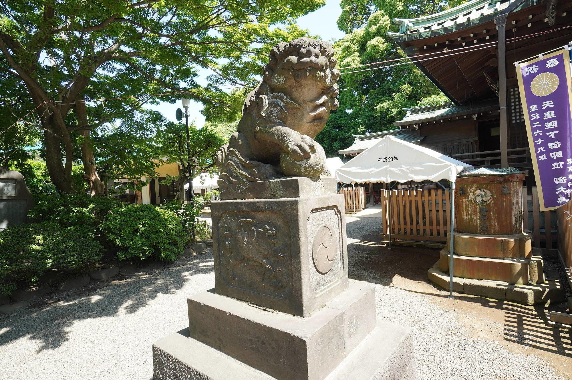 本殿前の狛犬様(左)