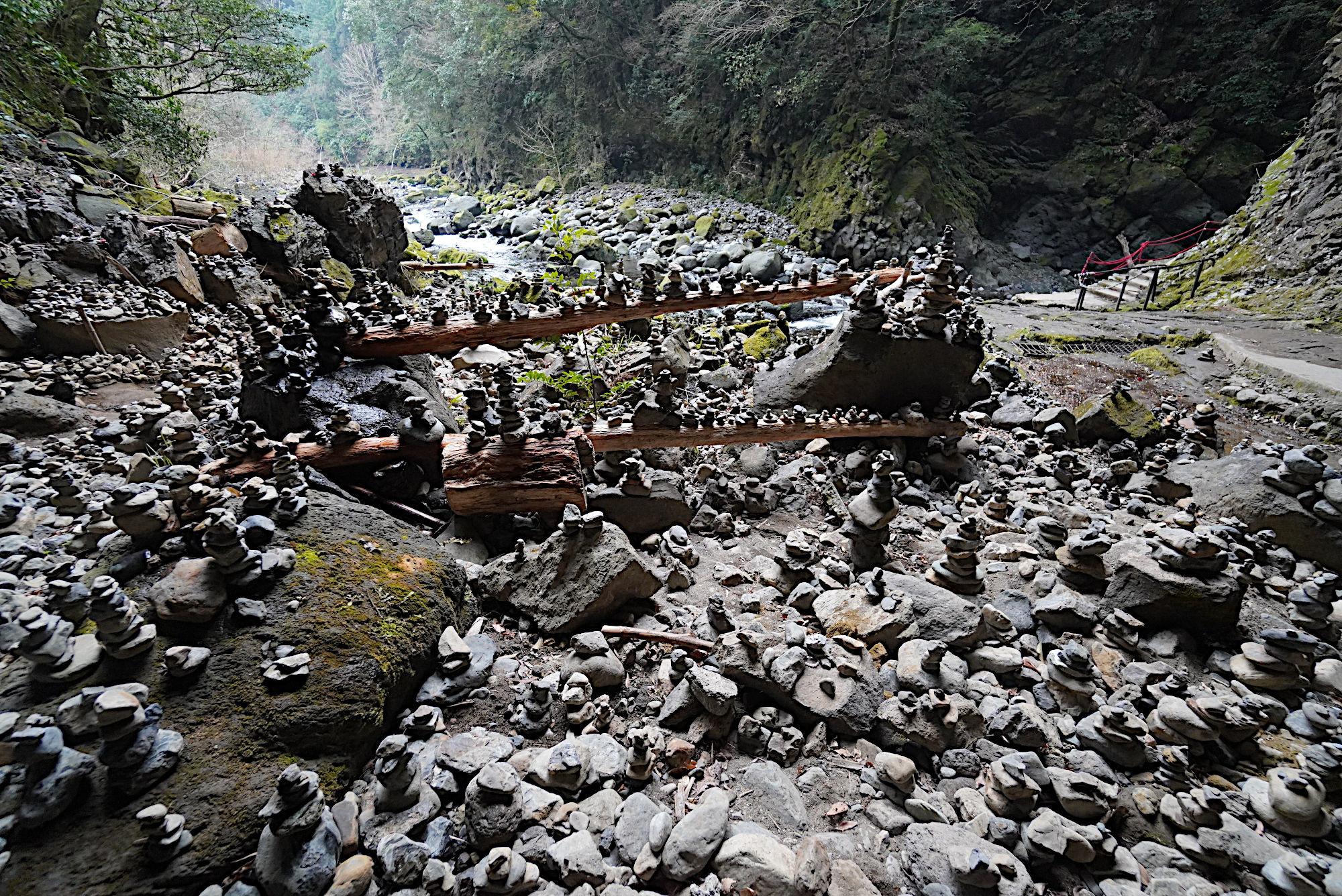 天安河原 積まれた小石
