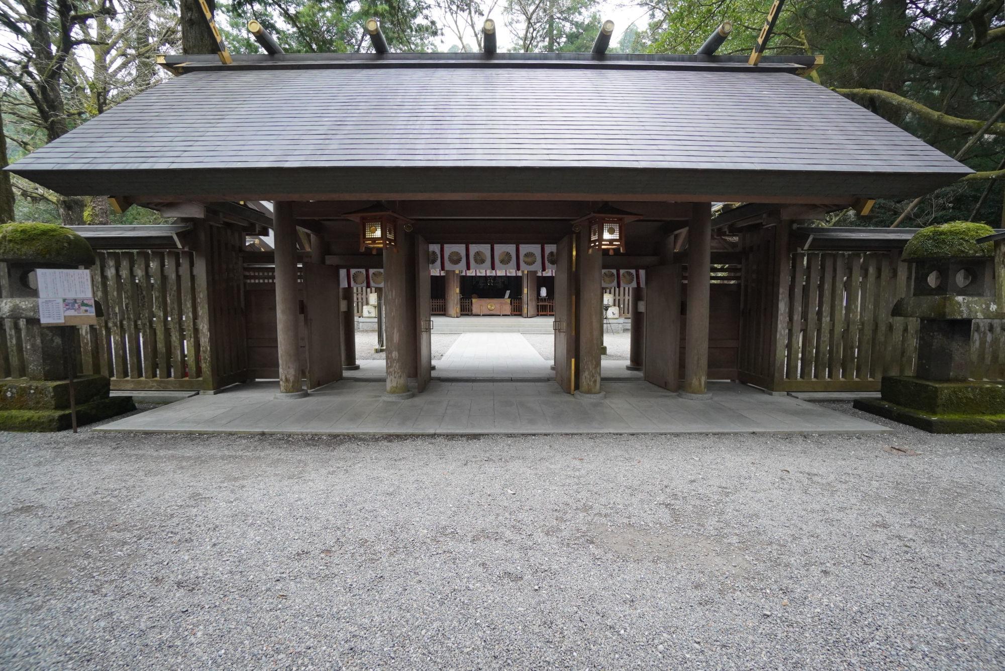 西本宮の拝殿前の門