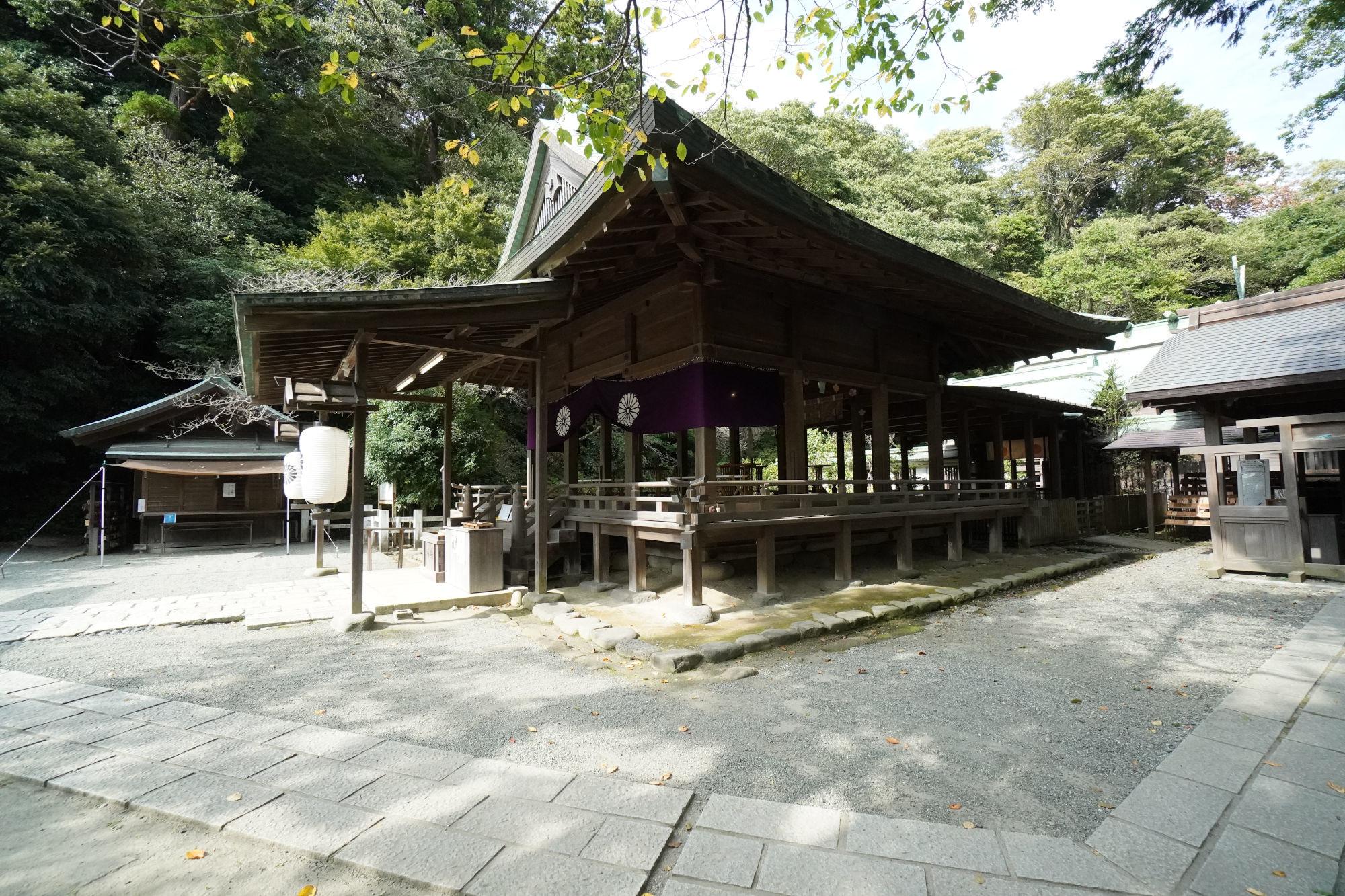 鎌倉宮の拝殿(右斜めから)