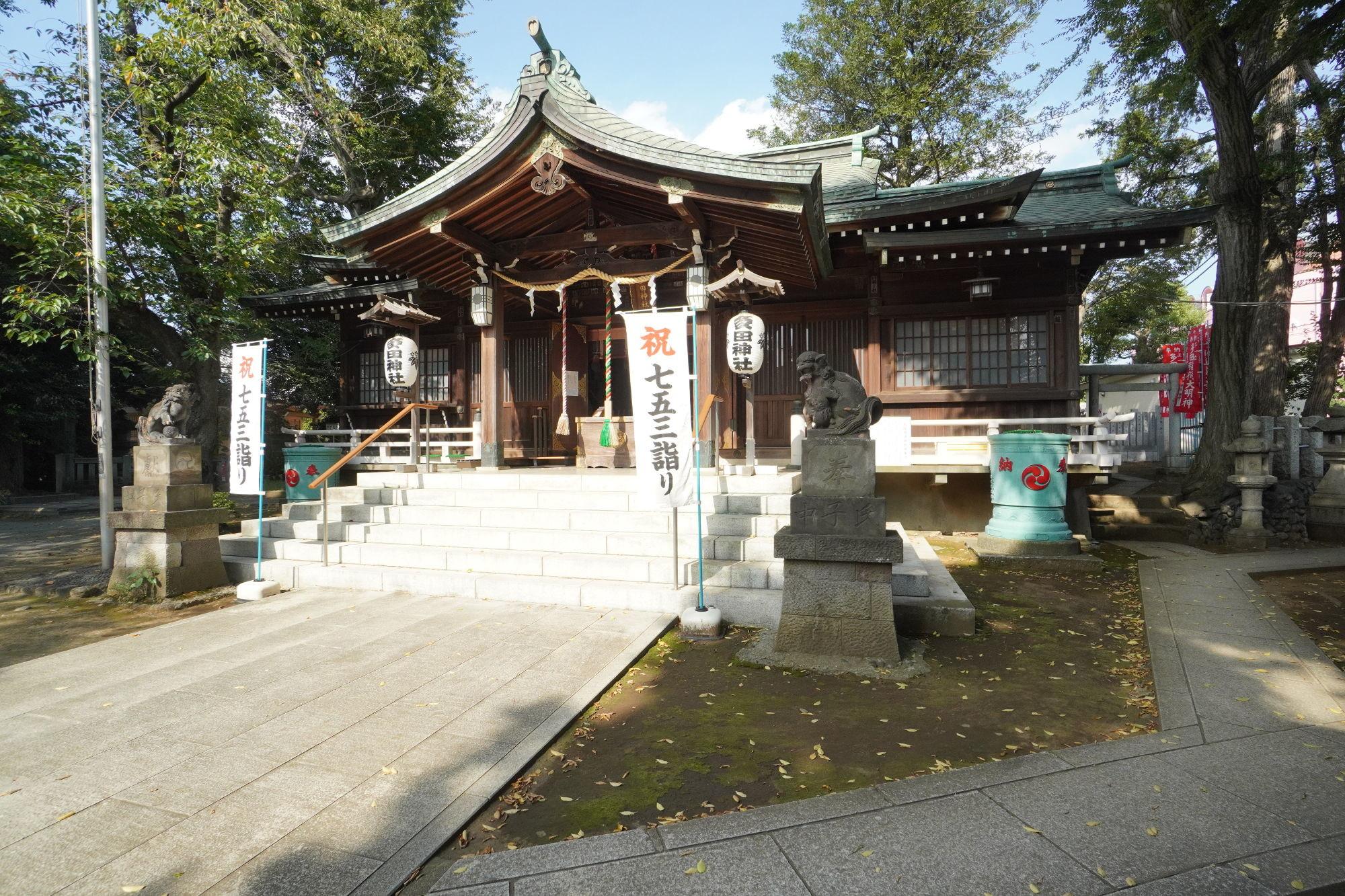 多田神社の拝殿 斜めから